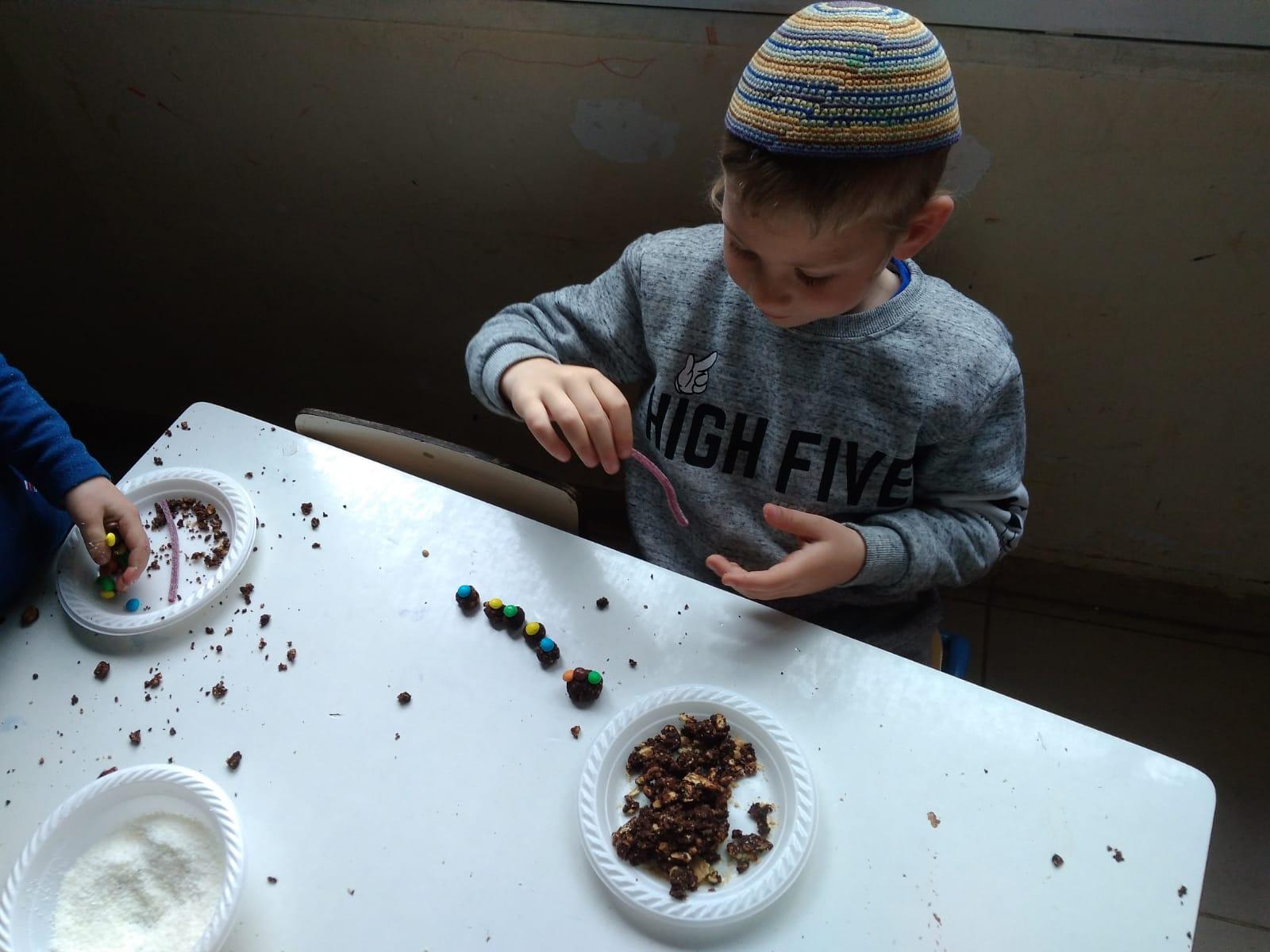 מכינים כדורי שוקולד